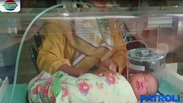 Diduga bayi ini baru dilahirkan karena saat ditemukan juga terdapat ari-ari bayi di dalam plastik terpisah.