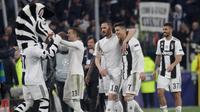 Bek Juventus Leonardo Bonucci (tengah) merangkul Cristiano Ronaldo usai mereka mengalahkan Atletico Madrid pada leg kedua babak 16 besar Liga Champions di Allianz Stadium, Turin, Selasa (12/3). Atletico tersingkir dari Liga Champions.(AP Photo/Luca Bruno)