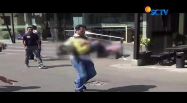 Mendengar suara rintihan minta tolong dari anak pelaku bom di Polrestabes Surabaya yang selamat, AKBP Roni Faisal nekat menggendong bocah tersebut dan berlari menuju mobil ambulan.