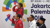 Presiden Joko Widodo bersama Ketua Umum IPSI Prabowo Subianto, Menteri PANRB Syafruddin, dan atlet pencak silat peraih medali melakukan hormat usai pengalungan medali Asian Games 2018 di Jakarta Jakarta, Rabu (29/8). (Merdeka.com/Imam Buhori)