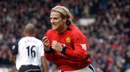 2. Diego Forlan - Penyerang asal Uruguay ini didatangkan Manchester United pada tahun 2002 dengan mahar 11 juta euro. Namun selama 2,5 tahun membela Manchester United, Forlan hanya mencetak 17 gol dari 98 pertandingannya di semua kompetisi. (AFP/Paul Barker)