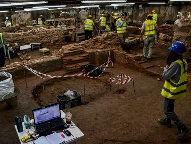 Awak konstruksi dan arkeolog bekerja di penggalian situs kuno di bawah pusat kota Thessaloniki, Yunani (25/4). Penggalian ini sebelumnya merupakan bagian dari proyek pembangunan kereta bawah tanah yang akan selesai pada tahun 2020. (AFP/Aris Messinis)