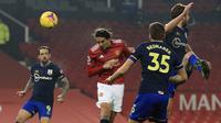 Penyerang Manchester United (MU), Edinson Cavani (kedua kiri) mencetak gol keempat untuk timnya ke gawang Southampton bersaing memperebutkan bola dalam lanjutan Liga Inggris di Old Trafford, Rabu (3/1/2021) dini hari WIB.  MU memberondong gawang Southampton dengan sembilan gol tanpa balas. (Lindsey