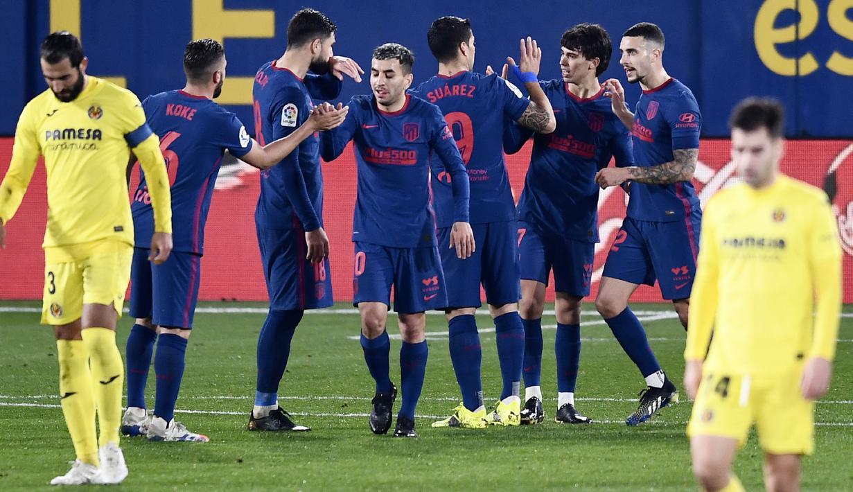 Para pemain Atletico Madrid merayakan gol yang dicetak oleh Joao Felix ke gawang Villareal pada laga Liga Spanyol di Stadion Ceramica, Minggu (28/2/2021). Atletico Madrid menang dengan skor 2-0. (AP/Jose Breton)