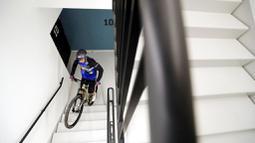 Pembalap sepeda asal Prancis, Aurelien Fontenoy, saat mendaki 768 anak tangga dari 33 lantai gedung Trinity Tower di distrik La Defense, Paris, (17/1/2021). (AP/Christophe Ena)