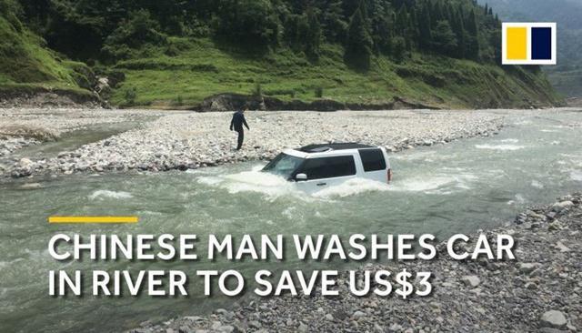 Mobil mewah seorang pria yang hendak menghemat uangnya dengan mencuci mobilnya di sungai/copyright odditycentral.com