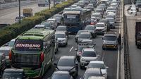 Sejumlah kendaraan roda empat terjebak macet di ruas Tol Dalam Kota, Jakarta, Senin (5/7/2021). Macet tersebut disebabkan karena adanya penutupan sejumlah pintu keluar tol dalam kota dalam masa PPKM Darurat. (Liputan6.com/Faizal Fanani)