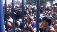 Pendukung Persib nyaris ricuh di Stadion Si Jalak Harupat, hingga satu pleton Brimob Polda Metro Jaya dikerahkan ke rumah tersangka A.