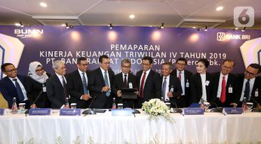 Direktur Utama BRI Sunarso bersama jajaran Direksi disela memberikan paparan Kinerja Keuangan Triwulan IV tahun 2019, Jakarta, Kamis (23/1/2020). Sepanjang tahun 2019 perseroan mencetak laba sebesar Rp 34,41 Triliun atau tumbuh 6,15% yoy. (Liputan6.com/Fery Pradolo)