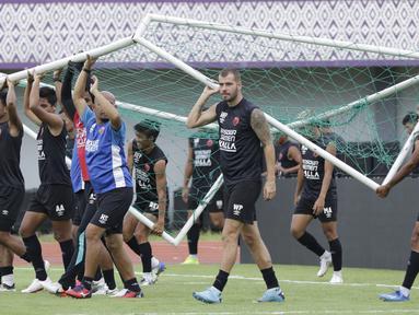 Pemain PSM Makassar menggotong gawang saat sesi latihan jelang laga Shopee Liga 1 di Stadion Sport Center Tangerang, Kamis, (5/3/2020). PSM Makassar akan berhadapan dengan Persita Tangerang. (Bola.com/M Iqbal Ichsan)