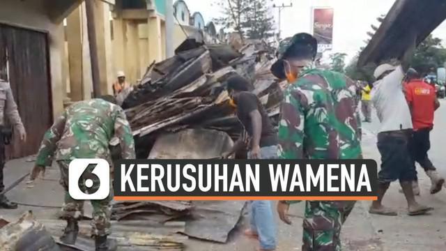 Warga dibantu anggota TNI dan Polri mulai membersihkan Kota Wamena pascakerusuhan yang melanda wilayah tersebut. Dinas PUPR mulai medata rumah-rumah yang rusak dan berencana memperbaikinya.