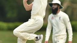 Pemain Inggris Chris Woakes bersiap melempar bola saat bertanding melawan Cricket Australia XI pada hari ketiga pertandingan tur empat hari Ashes di Stadion Tony Ireland di Townsville (17/11). (AFP Photo/Peter Parks)