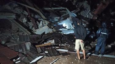 Dua petugas dilaporkan terjebak dalam reruntuhan kantor Gubernur Sulbar yang ambruk akibat gempa Majene. (Foto: Liputan6.com/Abdul Rajab Umar)