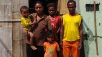 Foto ; Pasangan suami isteri, Lukas Lodan- dan Marta Pewa bersama anak-anaknya di depan gubuk rumah mereka (Liputan6.com/Dion)
