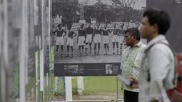 Pengunjung melihat pameran sejarah MH Thamrin di lapangan VIJ, Petojo, Jakarta, Sabtu (16/2). Acara ini rangkaian dari Festival 125 Tahun MH Thamrin. (Bola.com/Yoppy Renato)