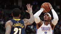 Forward Oklahoma City Thunder Carmelo Anthony (kanan) melepas tembakan pada laga NBA melawan Denver Nuggets di Pepsi Center, Kamis (1/2/2018) atau Jumat (2/2/2018) WIB. (AP Photo/David Zalubowski)