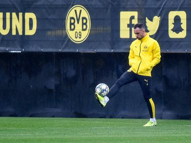 Pemain Borussia Dortmund Paco Alcacer berlatih di Dortmund, Jerman, Senin (16/9/2019). Dortmund siap menjamu Barcelona pada laga Grup F Liga Champions di Signal Iduna Park. (AP Photo/Martin Meissner)