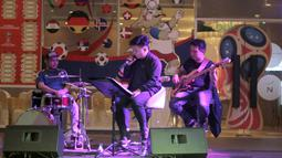 Grup musik meramaikan acara Nobar Gratis di Sky Garden, Novotel Tangerang. (14/7/2018). Novotel menghadirkan Nobar Gratis untuk fans bisa merasakan sensasi Piala Dunia 2018. (Bola.com/Nick Hanoatubun)