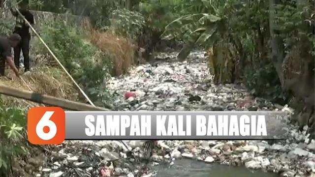 Kali Busa Bahagia di Bekasi, Jawa Barat, kembali tercemar sampah oleh sampah rumah tangga.