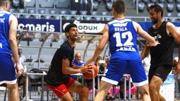Bintang tenis Novak Djokovic (kedua kiri) saat pertandingan persahabatan bola basket jelang Adria Tour di Zadar, Kroasia, Kamis (18/6/2020). Djokovic menggelar Adria Tour untuk mempromosikan olahraga, nilai-nilai positif dan sportivitas, serta penggalangan dana. (Xinhua/Pixsell/Marko Dimic)