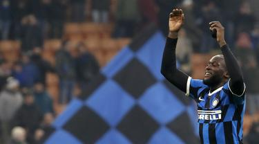 Pemain Inter Milan Romelu Lukaku menyapa para suporter usai menghadapi Cagliari pada pertandingan Coppa Italia di Stadion San Siro, Milan, Italia, Selasa (14/1/2020). Inter Milan menang 4-1 dengan dua gol disumbang Lukaku. (AP Photo/Antonio Calanni)