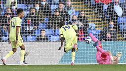 Gelandang Arsenal, Nicolas Pepe (tengah) mencetak gol pertama timnya ke gawang Crystal Palace dalam laga lanjutan Liga Inggris 2020/2021 pekan ke-37 di Selhurst Park, London, Rabu (19/5/2021). Arsenal menang 3-1 atas Crystal Palace. (AP/Facundo Arrizabalaga/Pool)