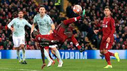 Gelandang Liverpool Sadio Mane melakukan tendangan salto ke gawang Bayern Munchen pada leg pertama babak 16 besar Liga Champions di Anfield, Liverpool, Inggris, Selasa (19/2). Pertandingan berakhir 0-0. (Peter Byrne/PA Wire/PA via AP)