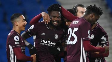Para pemain Leicester City merayakan gol kedua ke gawang Brighton and Hove Albion yang dicetak gelandang Daniel Amartey (kedua dari kanan) dalam laga lanjutan Liga Inggris 2020/21 di American Express Community Stadium, Minggu (7/3/2021). Leicester City menang 2-1 atas Brighton. (AFP/Neil Hall/Pool)