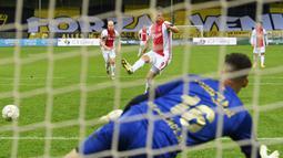 Striker Ajax Amsterdam, Klaas Jan Huntelaar, mencetak gol ke gawang VVV-Venlo pada laga Eredivisie di Stadion De Koel, Minggu (25/10/2020). Ajax Amsterdam menang dengan skor 13-0. (AFP/Olaf Kraak)