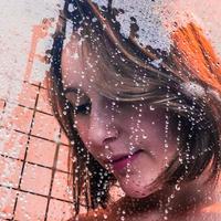 Shower gel lebih melembapkan kulit dibanding sabun, apalagi kalau shower gelnya dari bahan alami dan dibuat sendiri. (Foto: unsplash.com)