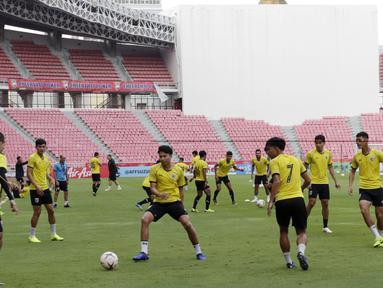 Para pemain Thailand melakukan rondo saat latihan di Stadion Rajamangala, Bangkok, Jumat (16/11). Latihan ini persiapan jelang laga Piala AFF 2018 melawan Timnas Indonesia. (Bola.com/M. Iqbal Ichsan)