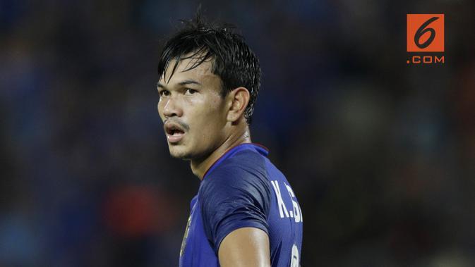 Striker Thailand, Adisak Kraisorn, saat melawan Timnas Indonesia pada laga Piala AFF 2018 di Stadion Rajamangala, Bangkok, Sabtu (17/11). Thailand menang 4-2 dari Indonesia. (Bola.com/M. Iqbal Ichsan)