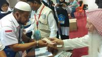 Jemaah calon haji asal Aceh terima wakaf Habib Bugak. (www.kemenag.go.id)
