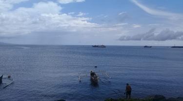 Warga Manado mengisi waktu luang dengan memancing di daerah Karangria, Kecamatan Tuminting, Manado.