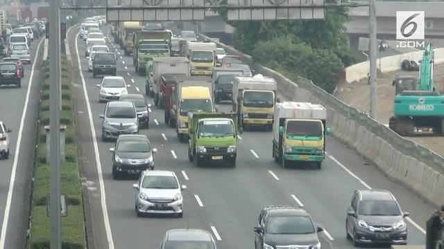 Diduga akibat peluru nyasar, seorang sopir truk tewas saat berkendaran di jalan tol sekitar TB Simatupang, Jakarta Selatan.