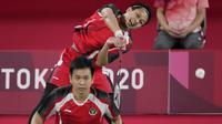 Pasangan Mohammad Ahsan dan Hendra Setiawan berhasil menang pada pertandingan kedua mereka di Grup D bulu tangkis ganda putra Olimpiade Tokyo 2020 dua gim langsung. Partandingan Ahsan/Hendra dan Chia/Soh berjalan selama 34 menit. (Foto: AP/Dita Alangkara)