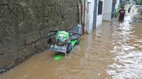 Sebuah motor terendam saat banjir melanda kawasan Cipinang Melayu, Jakarta Timur, Jumat (19/2/2021). Banjir di kawasan tersebut akibat curah hujan yang tinggi dan meluapnya air dari Kali Sunter. (Liputan6.com/Herman Zakharia)