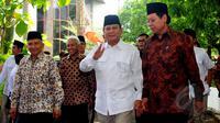 Tokoh senior PAN Amien Rais (kiri) dan Ketum Partai Gerindra, Prabowo Subianto saat tiba untuk menghadiri acara pelantikan pengurus pusat Partai Gerindra di kantor DPP Partai Gerindra, Jakarta, Rabu (8/4/2015). (Liputan6.com/Yoppy Renato)