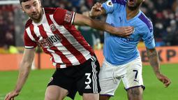 Pemain Sheffield United, Enda Stevens, berebut bola dengan penyerang sayap Manchester City, Raheem Sterling pada pekan ke-24 Liga Inggris di Bramall Lane, Selasa (21/1/2020). Manchester City meraih hasil maksimal usai menang tipis 1-0 atas Sheffield United. (AP/Rui Vieira)