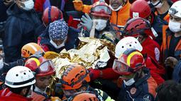 Tim penyelamatan membawa Elif Perincek, 3, setelah diselamatkan dari puing-puing bangunan di Izmir, Turki, Senin (2/11/2020). Elif Perincek yang berada di bawah reruntuhan selama 65 jam berhasil diselamatkan setelah gempa dahsyat mengguncang Laut Aegea. (Istanbul Fire Authority via AP)