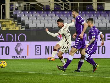 Bek AS Roma, Leonardo Spinazzola saat mencetak gol ke gawang Fiorentina pada pertandingan lanjutan Liga Serie A Italia di Stadion Artemio Franchi di Florence, Italia, Kamis (4/3/2021). AS Roma menang tipis atas Fiorentina 2-1. (Fabio Rossi / LaPresse via AP)