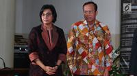Menteri Keuangan Sri Mulyani (kiri) bersama Direktur Jenderal Pajak Robert Pakpahan saat memberikan apresiasi dan penghargaan kepada 30 Wajib Pajak (WP) di Jakarta, Rabu (13/3). (Liputan6.com/JohanTallo)