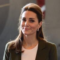 Kate Middleton mengenakan blazer warna green army ketika mengunjungi para anggota militer Inggris bersama Pangeran William. (Foto: instagram.com/katemiddleton_duchess)