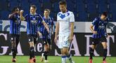 Para pemain Atalanta merayakan gol yang dicetak oleh Mario Pasalic ke gawang Brescia pada laga Serie A di Stadion Gewiss, Selasa (14/7/2020). Atalanta menang 6-2 atas Brescia. (Gianluca Checchi/LaPresse via AP)