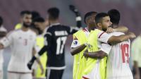 Pemain Uni Emirat Arab (UEA) merayakan kemenangan atas Qatar pada laga AFC U-19 di SUGBK, Jakarta, Kamis (18/10/2018). UEA menang 2-1 atas Qatar. (Bola.com/M Iqbal Ichsan)