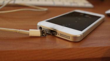 Kebiasaan Mengisi Baterai Ponsel Di Tempat Tidur Berisiko Sebabkan Kebakaran