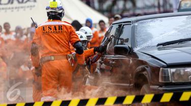 Anggota Basarnas mengevakuasi sebuah mobil saat latihan seusai penutupan Rakernas I PDI-Perjuangan di Jakarta, (12/1). Badan Penanggulangan Bencana (Baguna) PDI Perjuangan juga menunjukkan kemampuan dalam mengatasi bencana. (Liputan6.com/Faizal Fanani)