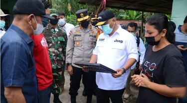 Gubernur Gorontalo bersama Forkopimda saat menatap foto mendiang Kapten Laut I Gede Kartika (Arfandi Ibrahim/Liputan6.com)