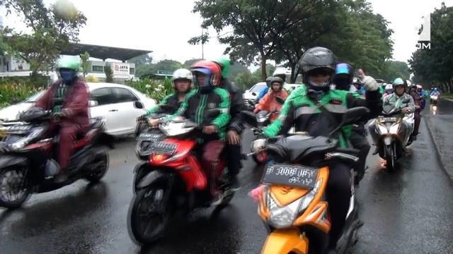 Pengunjuk dari gabungan pengendara ojek online memadati depan Gedung MPR/DPR/DPD, Senayan, Jakarta.