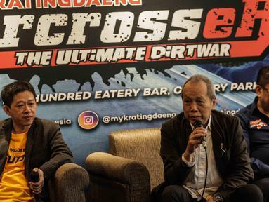 Sekjen IMI Jeffrey JP (tengah) memberi keterangan saat konferensi pers Kratingdaeng Supercrosser The Ultimate Dirtwar di Jakarta, Kamis (15/2). Kratingdaeng Supercrossers tersebut akan dilaksanakan di 15 titik di 12 kota. (Liputan6.com/Faizal Fanani)